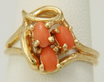 14K Yellow Gold 3 Stone Natural Coral Cabochon Estate Ring Size 5.5