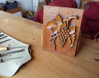 Bas-relief bunch of grapes
