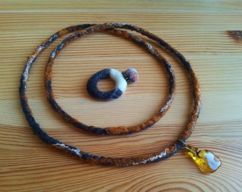 Chain of felt (soft wool) with pendant of amber (amber)