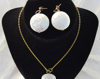 Luxurious necklace and earring set