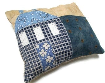 Saltbox house patchwork pincushion, denim blue, beige, sewing accessory, sewing caddy, pins and needle storage, pincushion