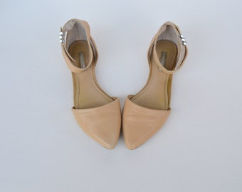 beige leather ankle strap flat shoes / size 7