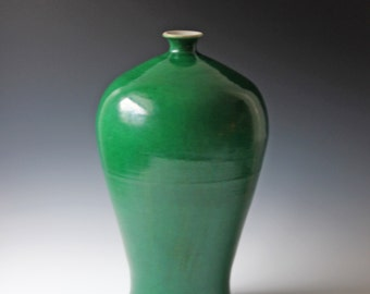 Antique Chinese apple green monochrome porcelain crackle vase 19th Century Chinese Double ring mark