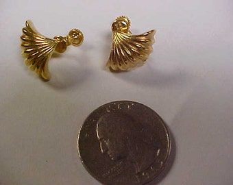 Gold tone pair of screw back ear rings- signed (Napier)