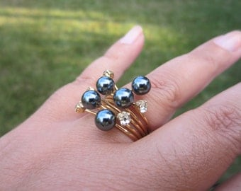 Vintage rhinestone and black pearl ring. Shiny faux pearls, clear glass rhinestones. Size 7 ring. Gold ring. Gift for her. Vintage ring.