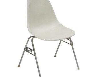HERMAN MILLER Eames Side Shell Chair in Parchment Fiberglass Chair Narrow Mount