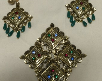 Festive Antiqued Gold Diamond Shaped Green Dangle Vintage SARAH COVENTRY Brooch and Clip Earrings Set
