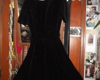 1950s black Velvet Dress w Cotton Neckline & covered buttons-sz petite