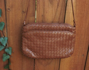 Woven Leather Handbag, Wicker pattern Purse, Woven Brown Shoulder Strap Bag, 1980's Mod Bag, Small Purse