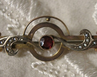 Graceful 9ct Art Nouveau Brooch with Seed Pearls Garnet