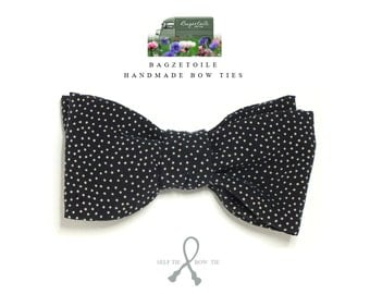 Blue bow tie with a beige pindot, in a silk/cotton mix fabric, self tie, freestyle, just bowties for men by Bagzetoile