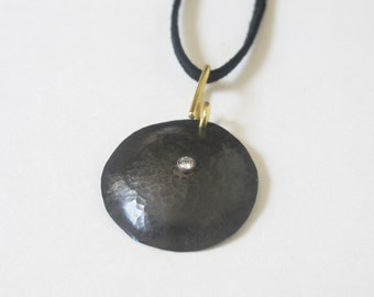 Black Metal Circle Pendant Necklace with Single Stone