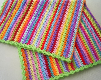 Crochet babyblanket in v-stitch granny stripe / snuggle blanket