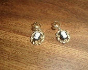 vintage clip on earrings goldtone cameo style dangles