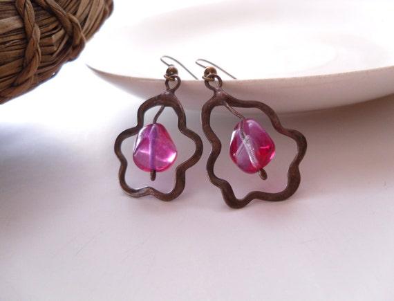 Wire earrings, pink glass beaded earrings, bohemian earrings, contemporary jewelry, trendy earrings, gift for women, copper wire, Amoeba