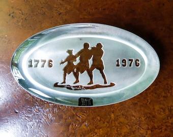 U.S. Bicentennial Souvenir Paperweight with Revolutionary War Minutemen - Solid Glass Oval - by Glen Jones - Desk Accessory
