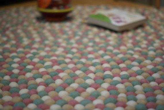 minze baby rosa wei en und wei en filz ball teppich filz. Black Bedroom Furniture Sets. Home Design Ideas