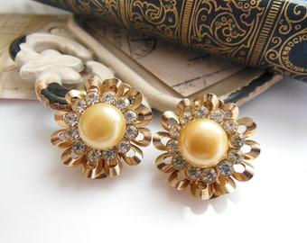 Vintage Cream Faux Pearl Rhinestone Gold Tone Ribbon Flower Clip On Earrings B22