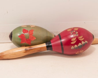 Set of 2 maracas from the 1960s. Painted and carved floral detail