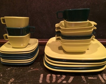 Twenty-four Pieces of Retro Brookpark Arrowhead Ever Ware in Emerald and Chartreuse