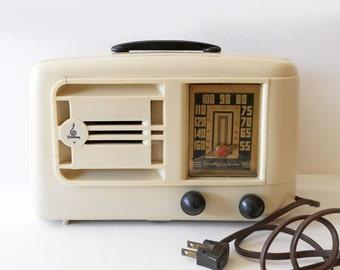 Vintage Emerson 1940s Model 334 White Bakelite Radio / Non-Working As Found