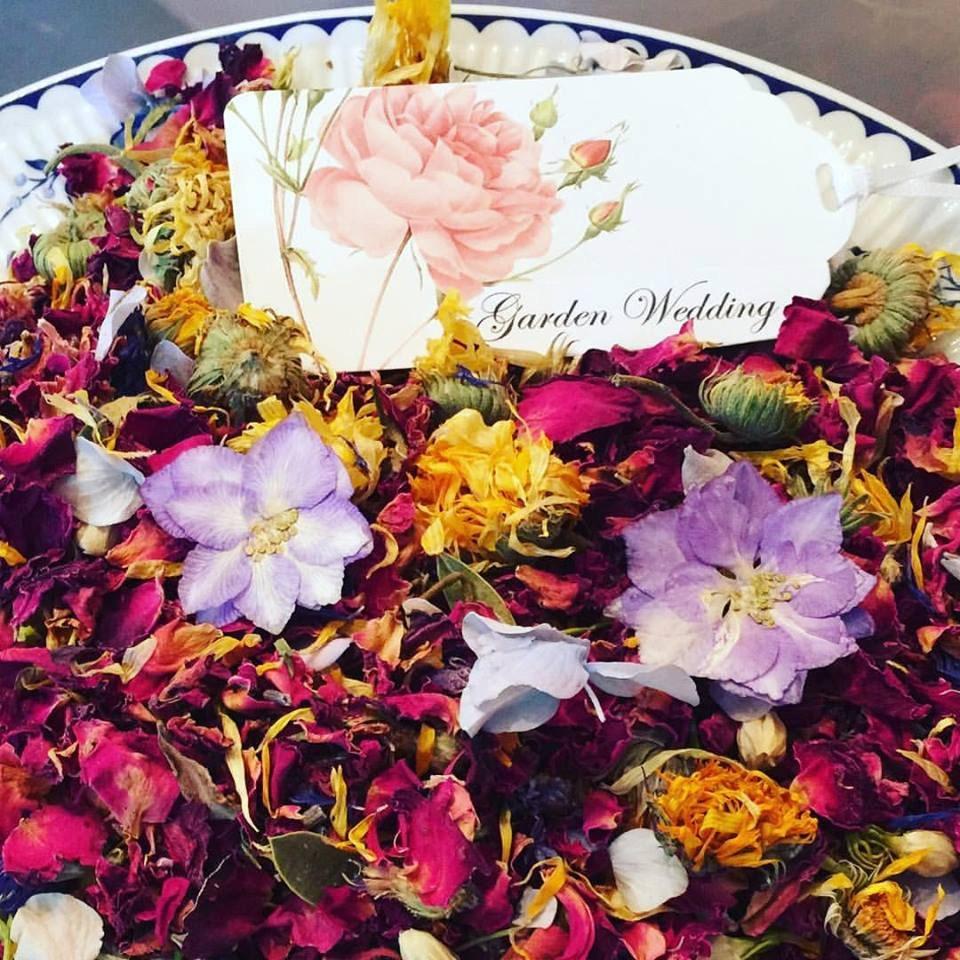 garden wedding petal confetti ecofriendly wedding rose. Black Bedroom Furniture Sets. Home Design Ideas