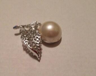 Vintage Sarah Coventry Silvertone leaf brooch/ large faux pearl.