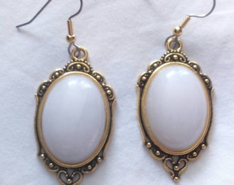 Neo-baroque earrings cabochon in white marble, fasteners made of surgical steel.