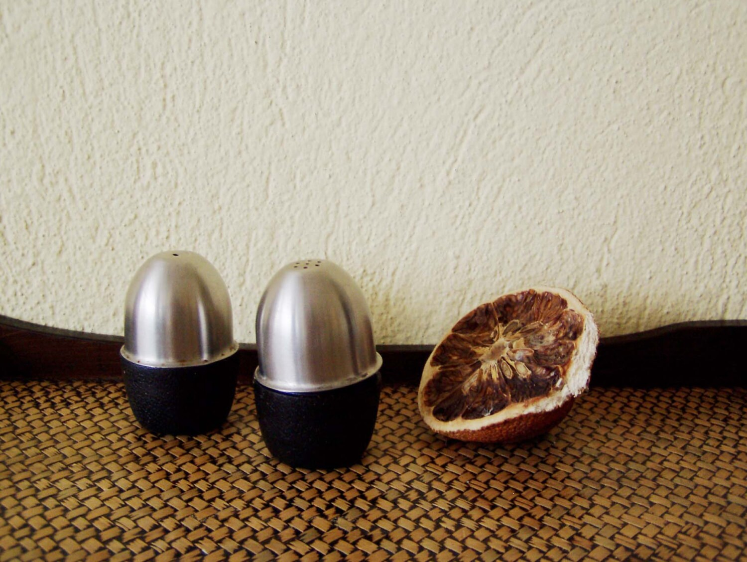 Vintage salt cellars salt and pepper shakers in metal and plastic egg shaped salt and pepper - Egg shaped salt and pepper shakers ...