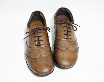 Vintage French Distressed Tan Leather Wingtip Women's Flat Oxford Shoes, Size : EU 40 / US Women's 9 / UK Women's 6 1/2