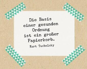 Stempel Zitat Kurt Tucholsky: Die Basis einer gesunden Ordnung ist ein großer Papierkorb. // Naturkautschuk auf Buchenholz 3x3 cm