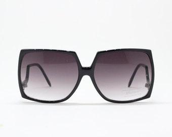 square oversized sunglasses, upside-down temple design, drop temple glasses, black frame