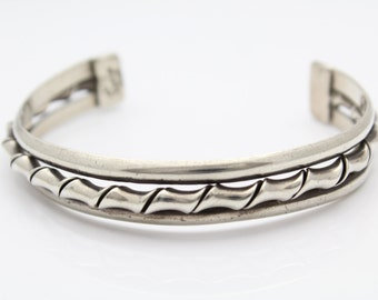 Vintage Well-Made Taxco Cuff With Curled Ribbon Design in Sterling Silver. [10399]