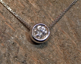 White gold pendant with diamond