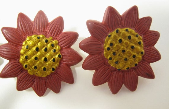 Red sunflower clip-on earrings with vintage plastic flowers, 60s flower earrings, button earrings, retro flower earrings