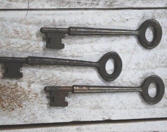 "6 ------ 4"" Primitive Rusty Tin Metal Keys - crafts ..look of old blackened keys..."