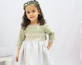 Green linen flower girl dress, with beige cotton laces. Very beautiful for wedding. 3/4 sleeves, squared neckline