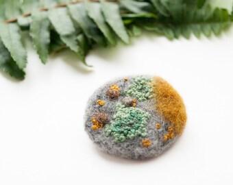 Lichen brooch mustard