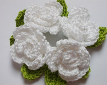 4 crochet roses with leaves - white