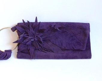 Lederclutch in tiefem Violette mit Blumenornament