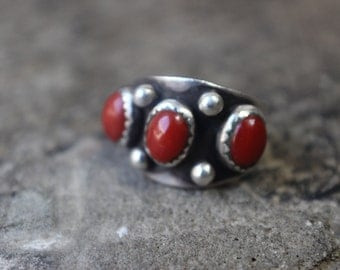 Coral RING / Three Stone Southwest Sterling Jewelry / Early Silver Stacking Ring 6 1/2