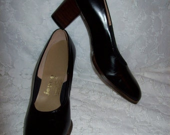 Vintage 1960s Ladies Black Leather Pumps by Joyce California Size 6 AA NOS  Only 10 USD