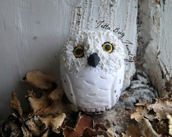 Showy Snowy Owl- polymer clay charm. Harry Potter sculpture. realistic snowy owl bird bead. jewelry pendant. rustic nature. Jettabugjewelry