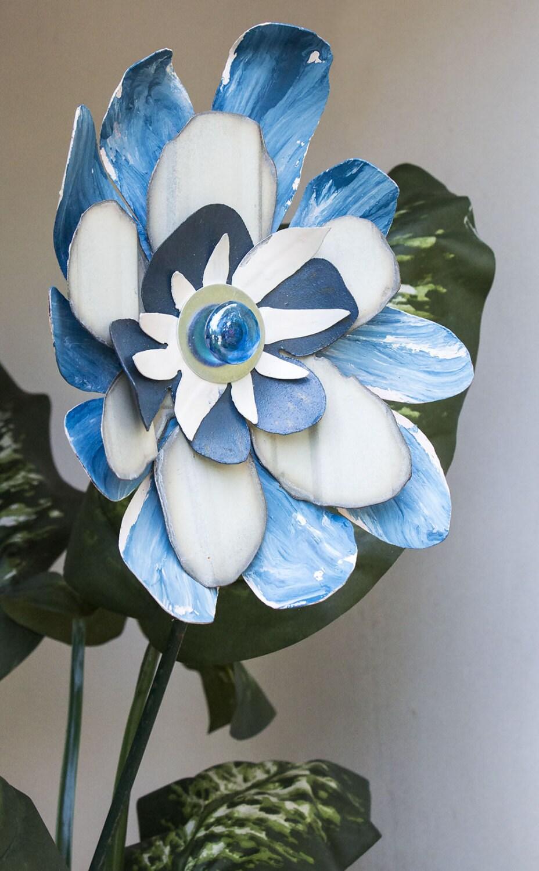 Blue white metal flower yard art indoor outdoor wall art for Outdoor wall flowers