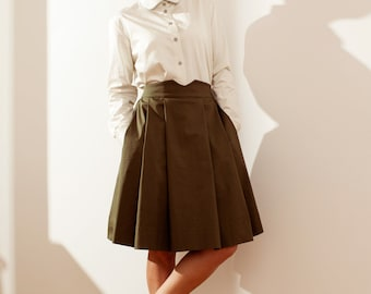 Green pleated skirt with pockets