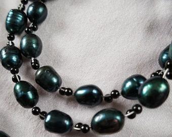 Petrolfarbene freshwater pearls with Onyx