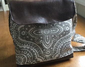 Crossbody bag, purse in gray cotton duck fabric with faux leather flap and bottom - adjustable strap