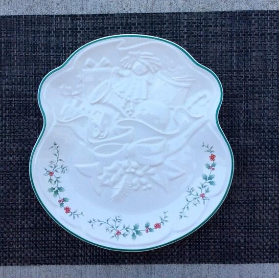 Pfaltzgraff Winterberry Embossed Goodies Plate