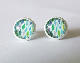 Glass cabochon stud earrings.