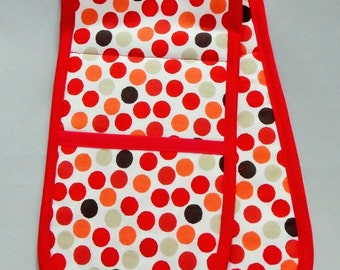 Traditional oven gloves, in red spot design